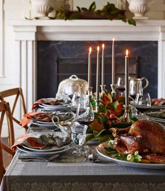 cena thanksgiving junto a la chimenea y velas